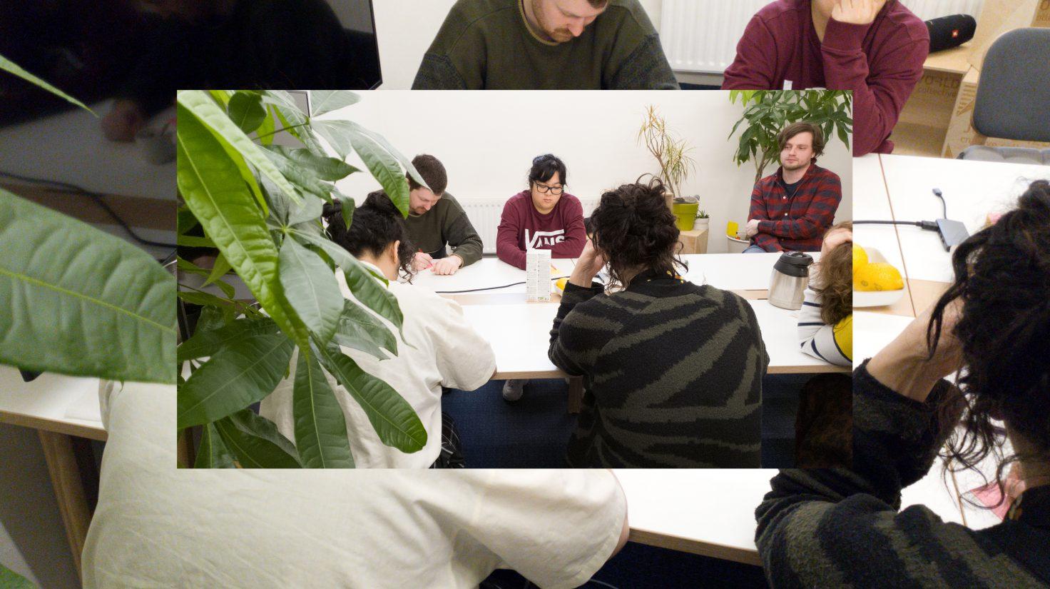 Team van Josworld rond een tafel
